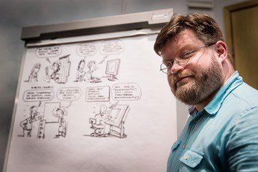 Tilaisuutta livekuvittanut kuvittaja Jyrki Vainio tiivisti päivän alustukset piirroksin. Kuva: Milla Talassalo