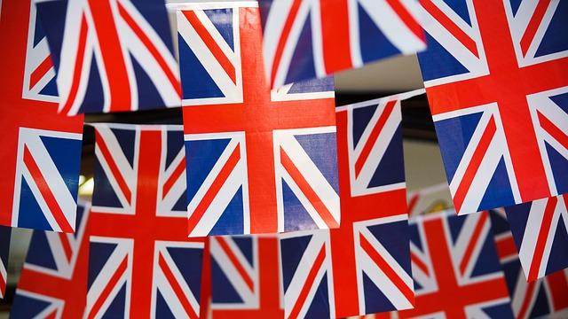 Kuvassa Iso-Britannian lippuja