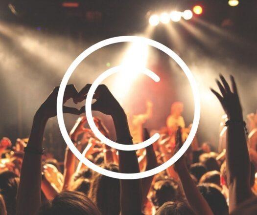 Kuvassa musiikkikeikalla olevan yleisön kohotettuja käsiä, yleisön takaa kuvattuna. Kaksi henkilöä muodostaa käsillään sydänkuvion. Kuvan päällä suuri copyrightmerkki.