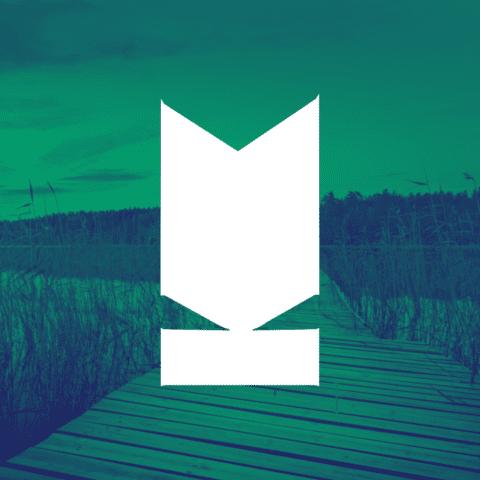 Kuvaston valkoinen tunnus keskellä valokuvaa, joka kuvaa suomalaista järvimaisemaa ja laituria.